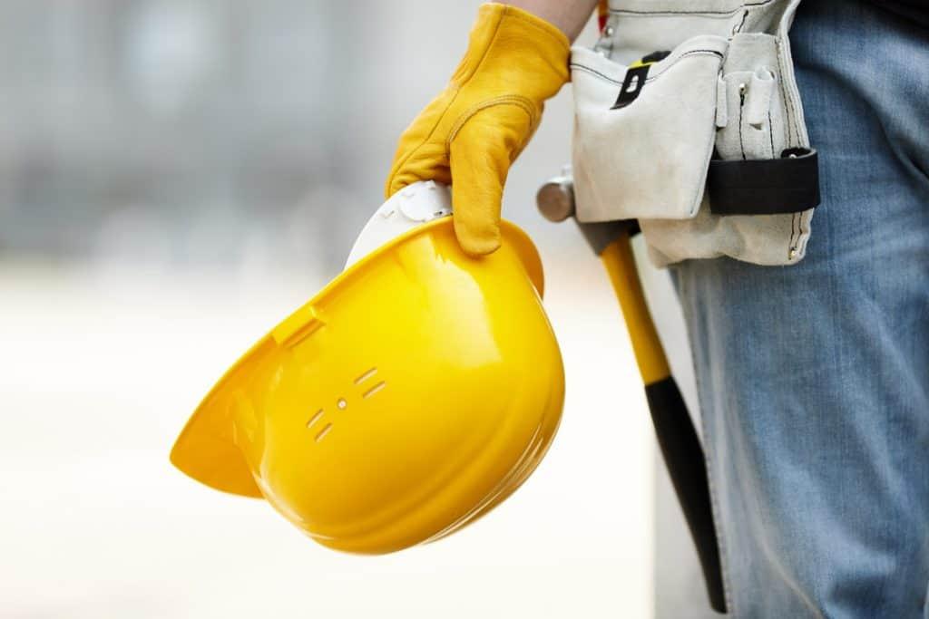Bauarbeiter mit Hammer und Bauhelm