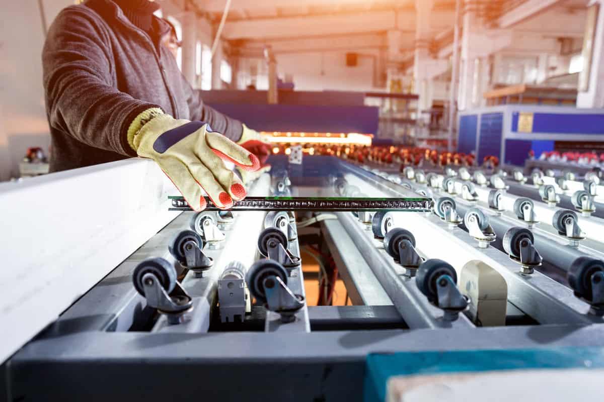 Arbeiter mit Handschuhen bei der Produktion
