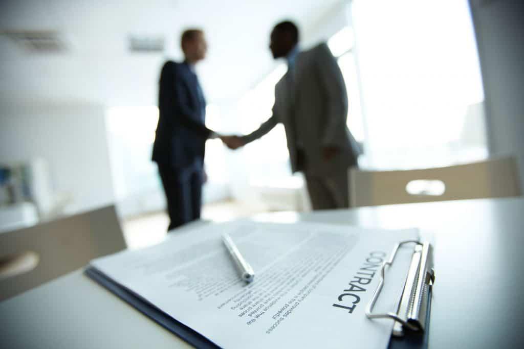 2 Vertragspartner schütteln Hände nach Vertragsunterzeichnung Contract
