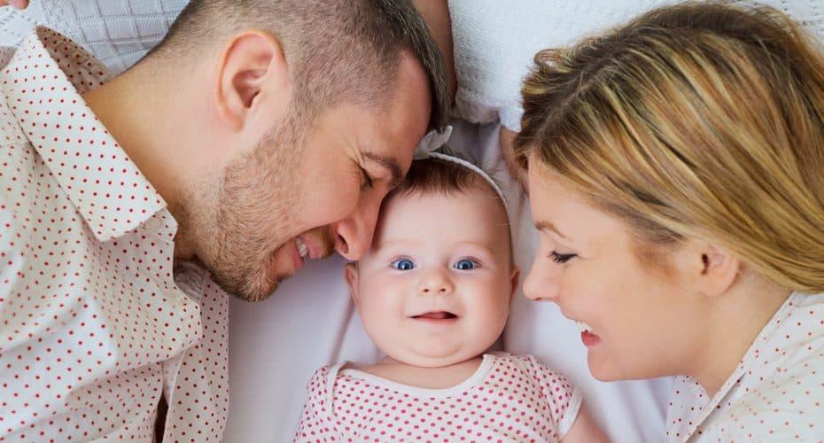 junge Eltern mit süßem Baby Mädchen
