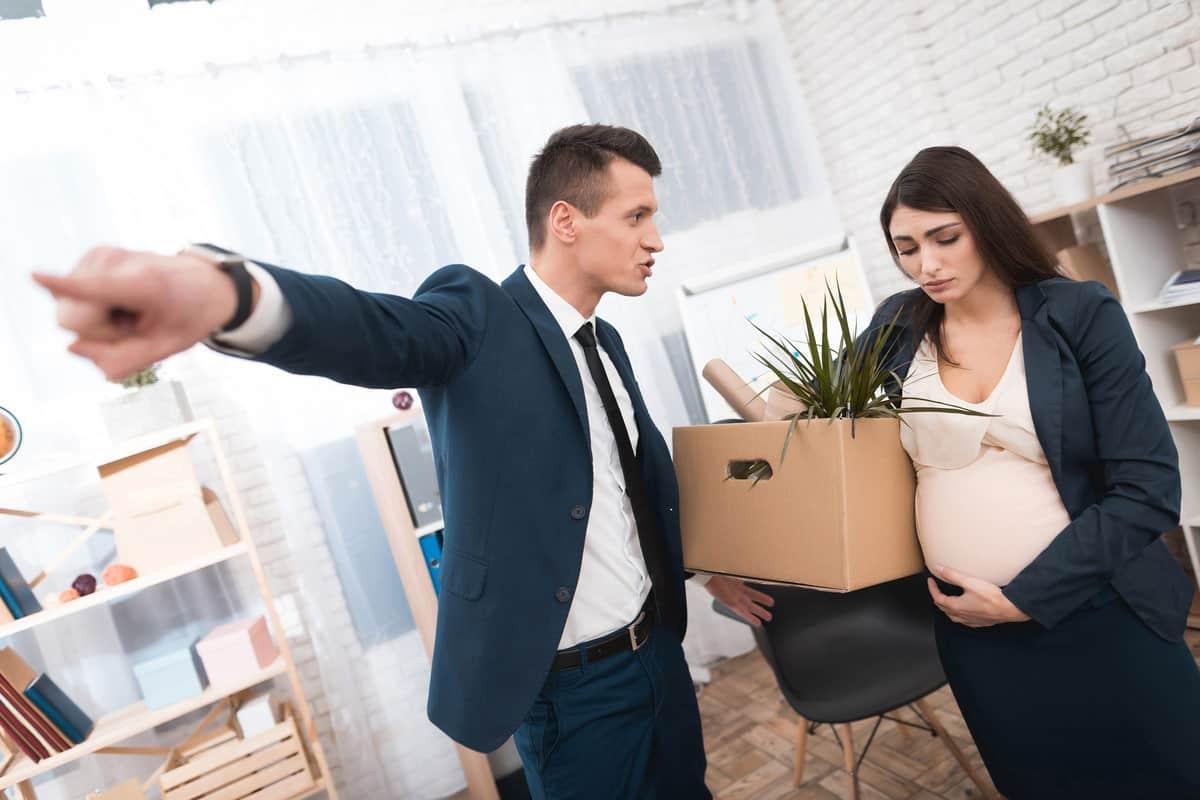 schwangere Frau wird vom Chef entlassen und hat Kiste unterm Arm