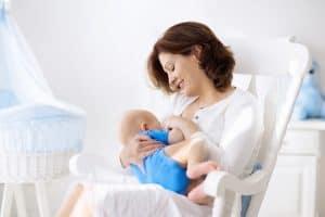 junge Mutter stillt ihr neugeborenes Baby
