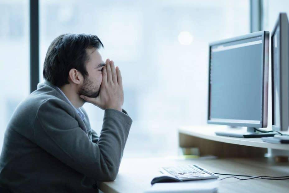 Verzweifelter Mann vor einem computer