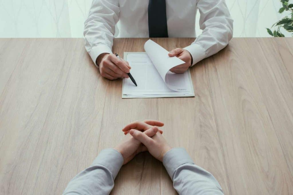 Chef lässt Arbeitsvertrag unterschreiben