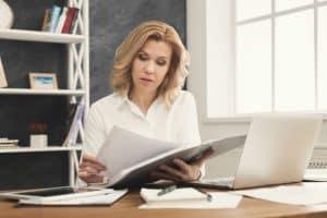 Frau liest Report