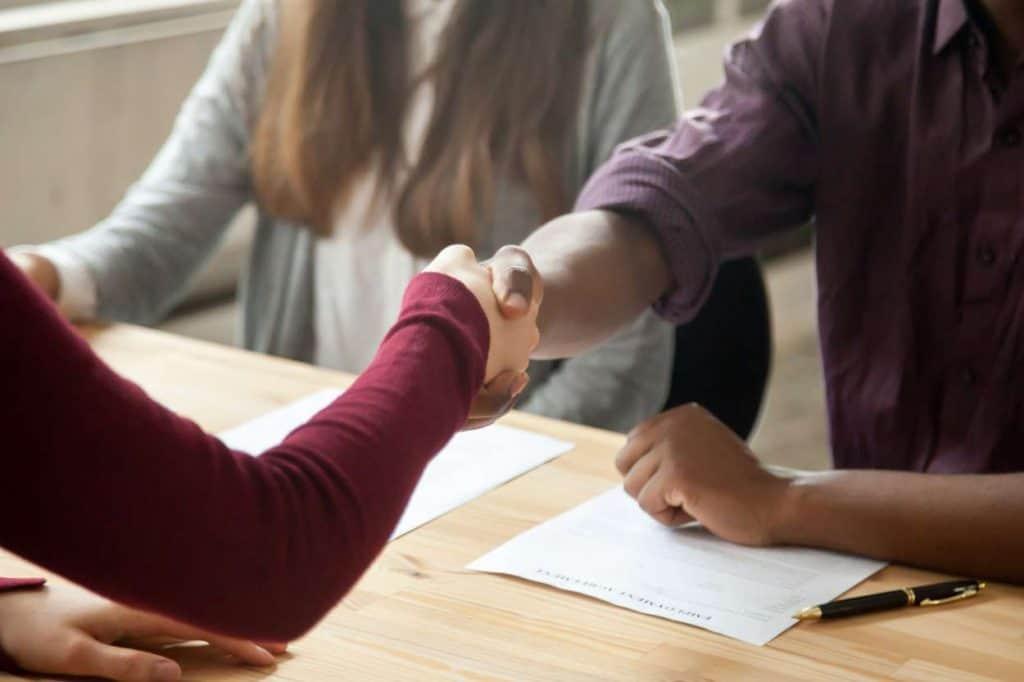 Mann schließt Arbeitsvertrag ab mit Handschlag