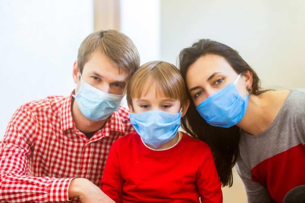 Eltern mit Atemschutzmaske