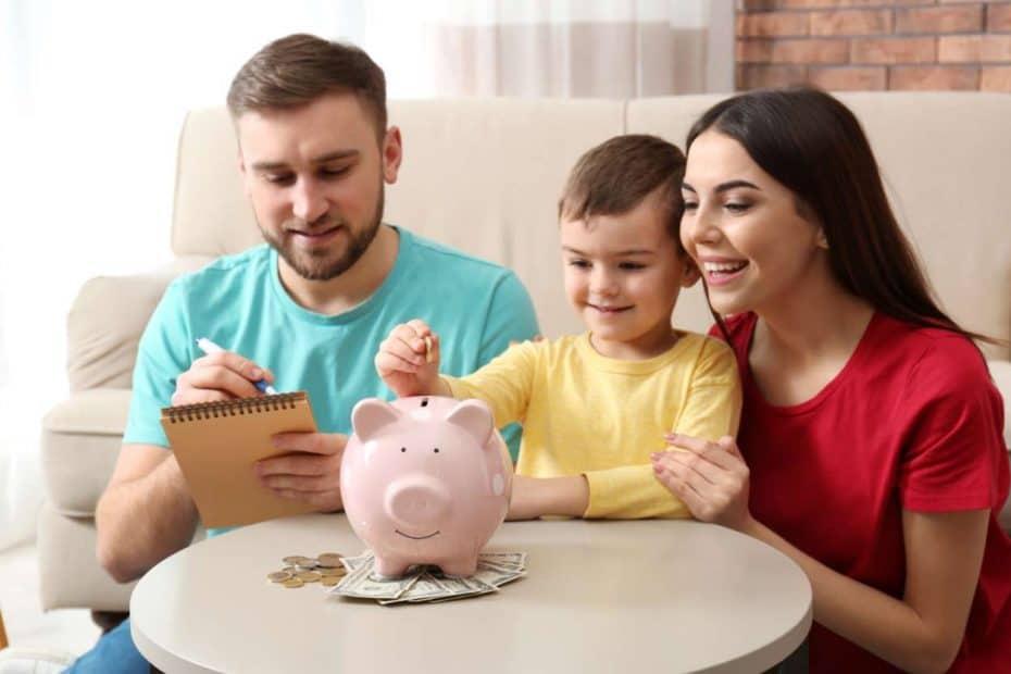 Eltern, Kind und Sparschwein