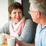 Ältere Menschen lachen