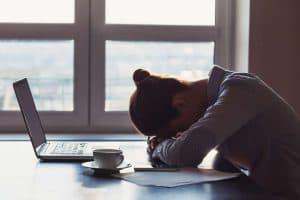 Traurige Geschäftsfrau im Büro