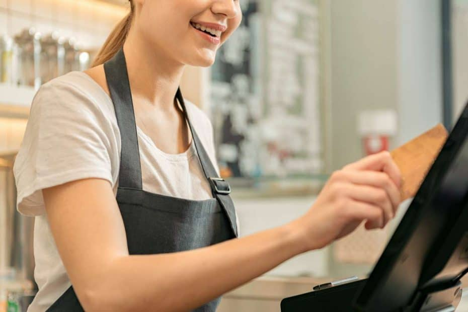 Verkäuferin zieht Kreditkarte ein