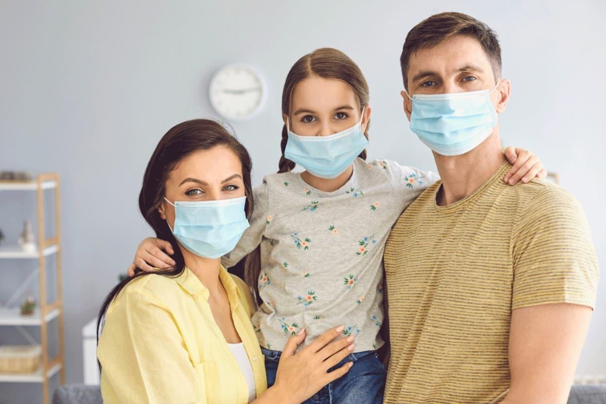 Mutter Vater und Tochter mit Mundschutz