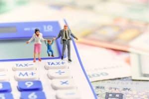 Spielfiguren Vater Mutter Kind Taschenrechner Steuer Geld