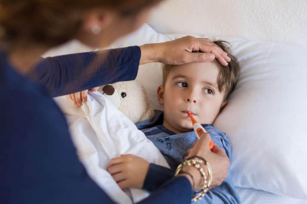 Krankes Kind im Bett