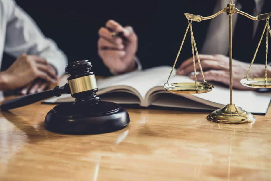 Richterhammer und Justizwaage