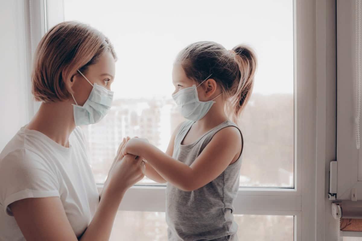 Mutter und Tochter mit Corona-Maske