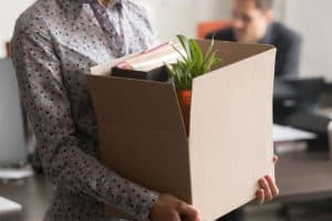 Frau verlässt Arbeitsplatz