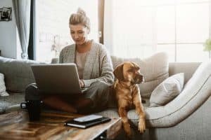 Frau im Homeoffice mit Hund