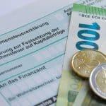 Einkommensteuererklärung und Geldscheine