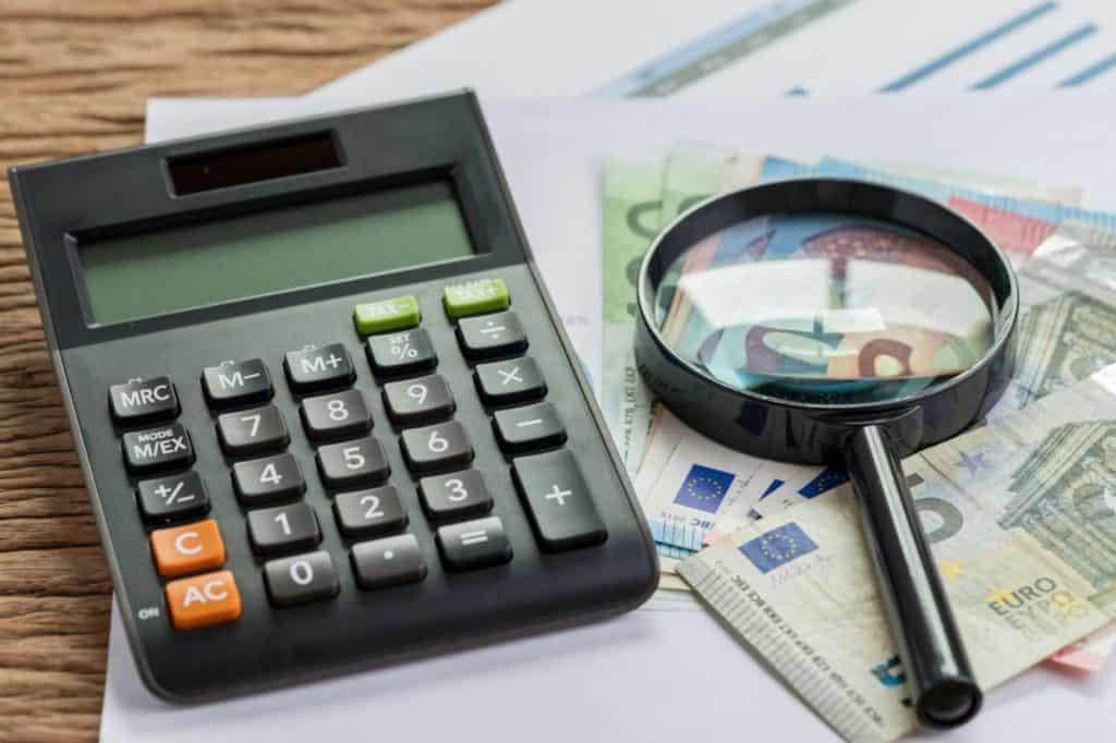 Geld, Lupe und Taschenrechner