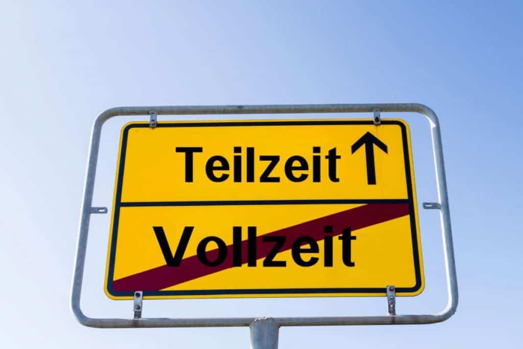 Teilzeit mit einem Richtungspfeil steht auf einem gelben Verkehrsschild. Der Arbeitnehmer will die Arbeitszeit verkürzen.